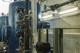 Pumpe und Druckbehälter blau