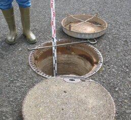Ein Kanalschacht wird vermessen